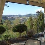 Blick von der Terrasse übers Tal