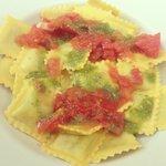 Ravioli ricotta-épinards, pesto maison et tomate