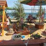 Отдых детей на берегу моря в Феодосии (Золотые пески)