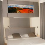 Particolare del letto: il quadro, retroilluminato, è un'ottima soluzione