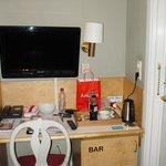 kleines, aber sehr praktisch eingerichtetes Standardzimmer