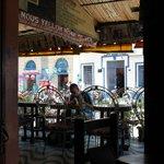 la terraza y sus lindas mesas