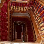 le super escalier dans le bâtiment principal