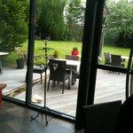 Le patio ouvre sur la jardin et la terrasse