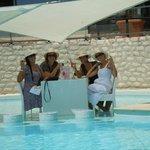 Déjeuner les pieds dans l'eau de la piscine!
