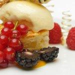 Apfelküchlein mit Früchten und Eis