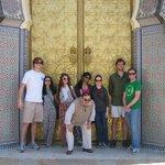 Majid con mi grupo en las puertas del Palacio real en Fez