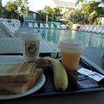 Desayuno en la piscina...