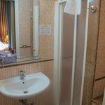 Baño equipado con lavamanos, lavabo, ducha y bidet