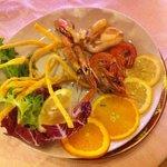 ассорти 'дары моря' + ещё рыба на отдельной тарелке