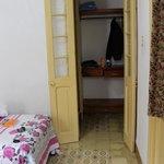 Durchgang zum Badezimmer, hinter Tür rechts
