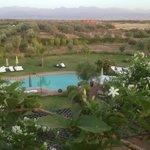 vue de la piscine de la terrasse du riad à l'heure du dîner