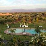 vue de la piscine de la terrasse à l'heure du dîner