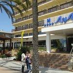 De ingang van het hotel Aya
