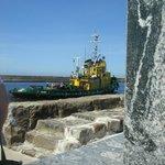 Schlepper verlässt den Hafen von Ustka
