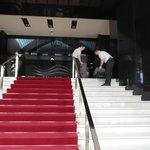 Eingang über den roten Teppich