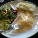 ensalada con ficoide glaciale, farcell de queso con salsa azafran, pastel de primavera
