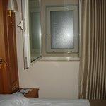 fenêtre de la chambre avec vue sur l'autre chambre