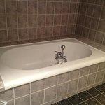 très grande baignoire