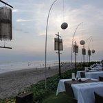 微風輕拂,聽著海潮聲用餐,非常愜意