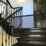 Красивая старая деревянная лестница (в здании есть лифт)