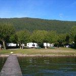 camping au bord du lac d'Annecy, les pieds dans l'eau