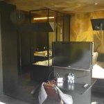 TV und Schreibtisch vor Spiegelwand