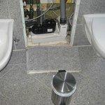 Wandverkleidung Bad - hier knallten 4 Granitplatten nachts auf Bodenfliesen
