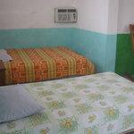 Habitaciones muy comodas con aire, ventilador, televisión y baño privado con agua caliente, y ot