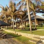 Blick vom Strand auf das Poolrestaurant