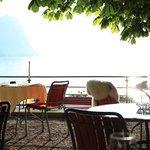 Servier-Terrasse unter Bäumen, die die Mücken vertreiben