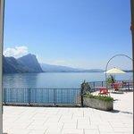 Blick aus dem Zimmer über die Terrasse auf den See