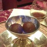 Piccoli babà con zucchero e rum