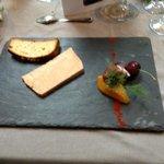 terrine de foie gras de canard sur toast de fouace maison avec chutney abricot