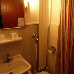 Kleines Bad mit Toilette und Dusche