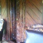 Geschnitzte Balkontüre mit Sessel