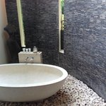 River 1 villa bathroom/tub