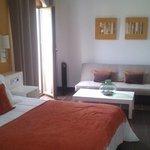 Habitación (vista cama y sofá)