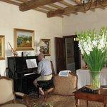 Dans cet angle de la salle de séjour un beau piano permet a un hôte séniors de se faire plaisir
