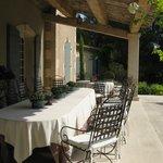 La belle terrasse ou nous dominons la piscine pendant le savoureux et pantagruelite petit déjeun