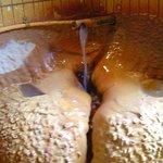 温泉注ぎ口の堆積物
