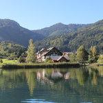 Unser Haus liegt direkt auf am Südufer des Weissensees am Beginn eines Naturschutzgebietes. Sehr