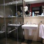 bijzonder complete badkamer met handdouche en