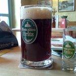 Dunkles Bier mit Bierschnaps
