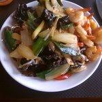 Chou chinois, poireaux, champignons noirs, oignons et crevettes