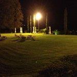 Vista notturna di una zona del parco