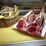 Il banco della carne (la cucina del ristorante)