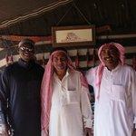 """Les chefs du camp et Omar (à gauche), le sympathique """"organisateur""""."""