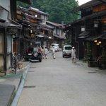 道の両側に民家や土産物屋が立ち並びます