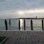 tramonto sulla laguna davanti all'hotel